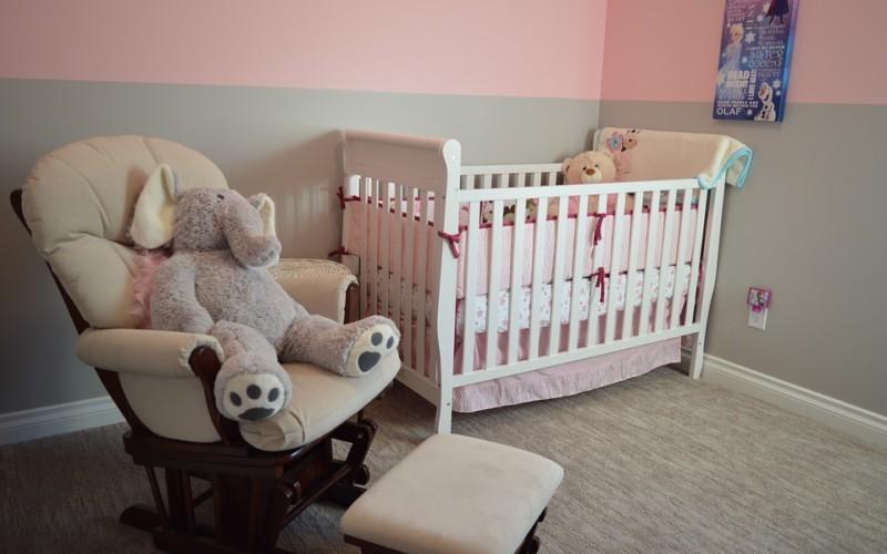 Aranżujemy pokój małego dziecka. Jakie meble i dodatki warto wybrać?